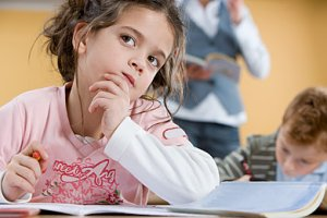 Mädchen Schule vergesslich