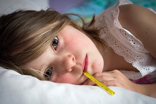 Mädchen krank Thermometer