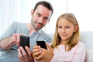 Vater Tochter Smartphones