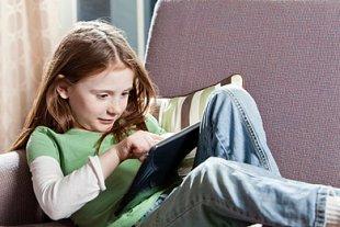 Mädchen Tabletcomputer Teaser