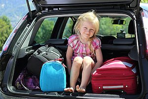 Mädchen Kofferraum