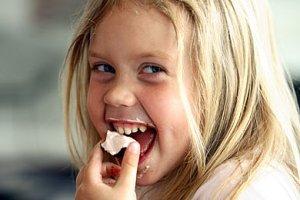 Ein Mädchen am essen