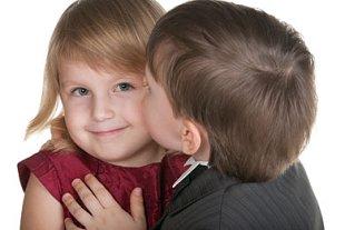 Kleine Kinder schwer verliebt