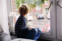 Junge am Fenster Teaser