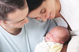 Eltern Neugeborenes gluecklich iStock hannamonika