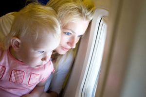 Mutter Kleinkind im Flugzeug iStock vsurkov