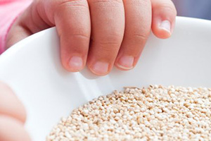 Kinderhand Getreide iStock onebluelight