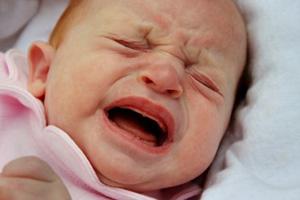 Baby rosa Anzug schreiend