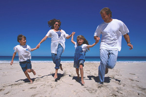 Familie laeuft am Strand