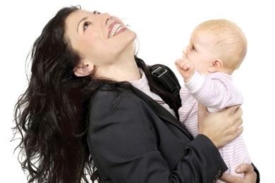 Berufstaetige Mutter mit Baby Artikelbild