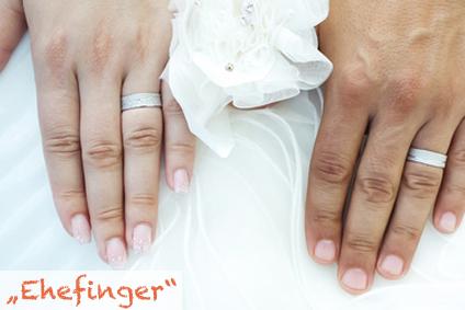 Der Ringfinger signalisiert nicht selten den Familienstand.