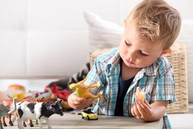 Autos, Spielfiguren und Gummitiere