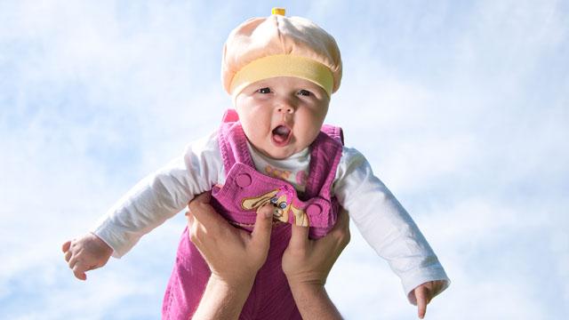17. Das Baby 100 mal in die Luft
